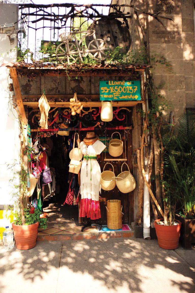 En La Roma se pueden encontrar pequeños locales con objetos típicos realizados por artesanos locales.