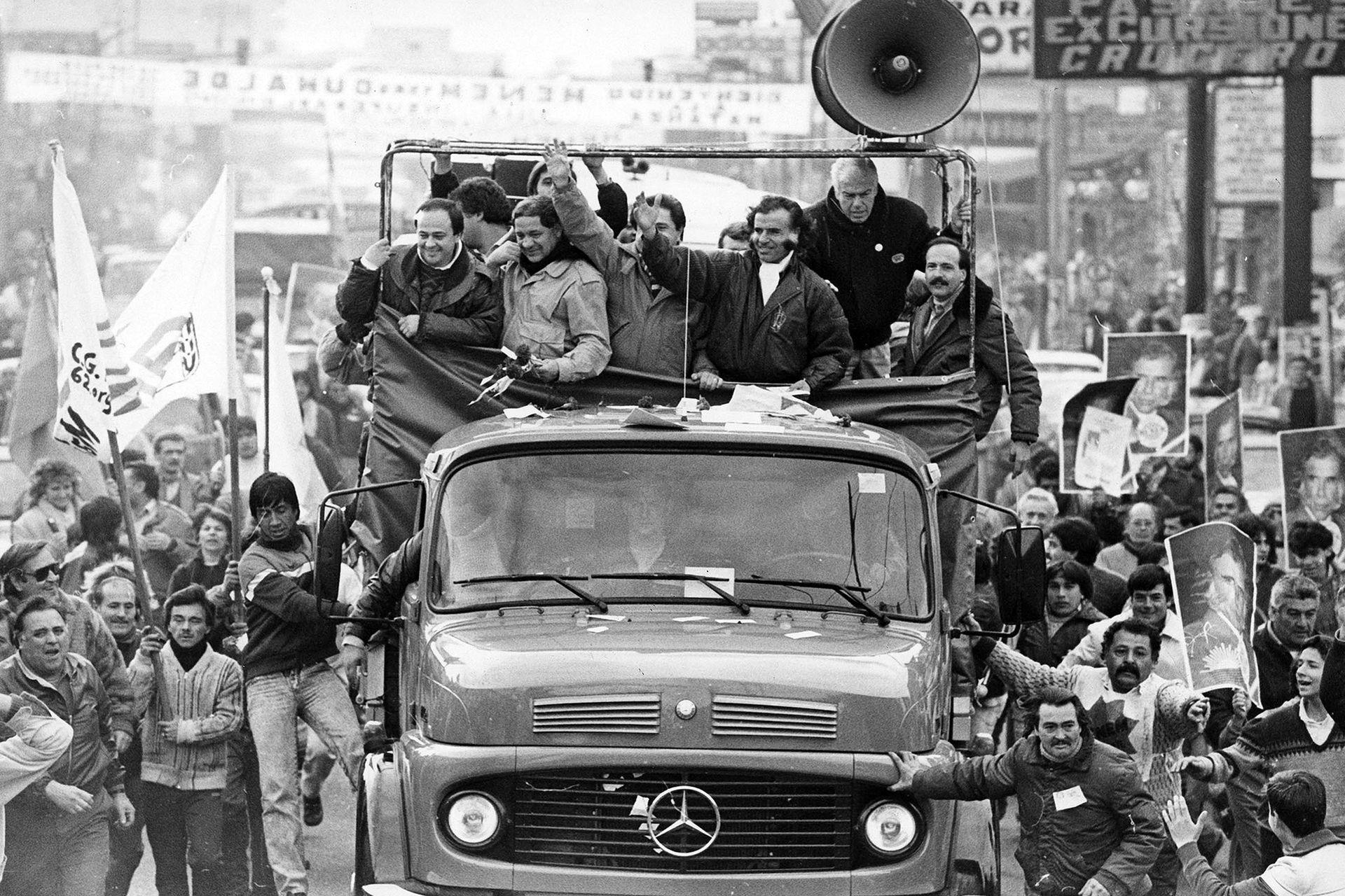 El célebre Menemóvil, con el que recorrió el país durante la campaña interna del PJ en 1988. A su derecha, Pierri, Toledo y Duhalde