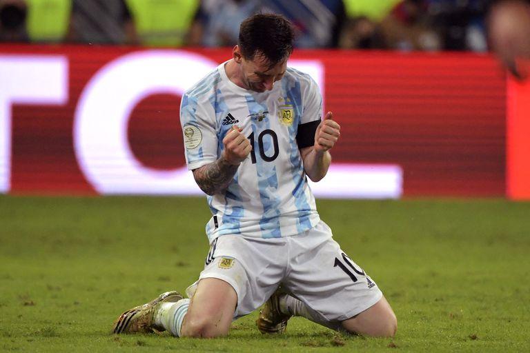 Messi no puede contener la emoción: lágrimas... esta vez, de felicidad; el capitán se dio el gusto de obtener su primer título con la selección mayor argentina