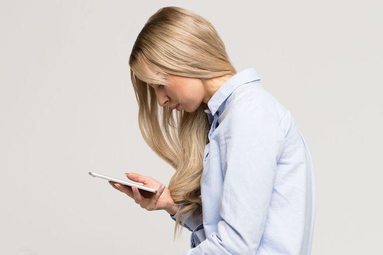 La mala postura al usar el celular repercute en nuestro esqueleto