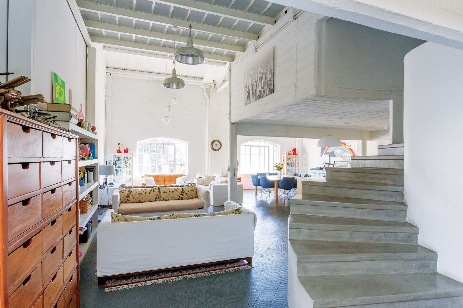 Si bien coquetearon con la idea de poner piso de cemento alisado a tono con la escalera, terminaron conservando el original.