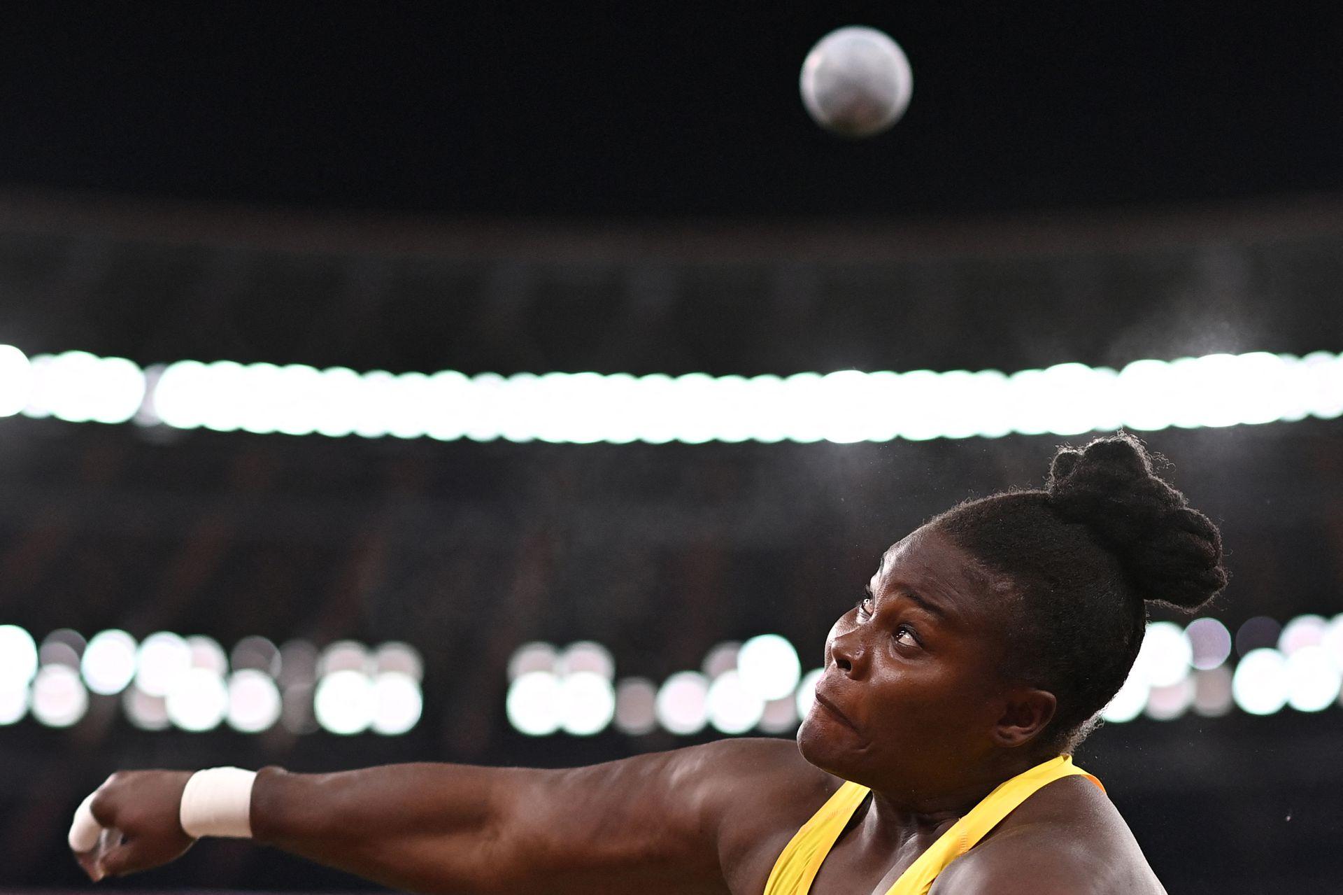 Danniel Thomas-Dodd, de Jamaica, lanza en la ronda clasificatoria