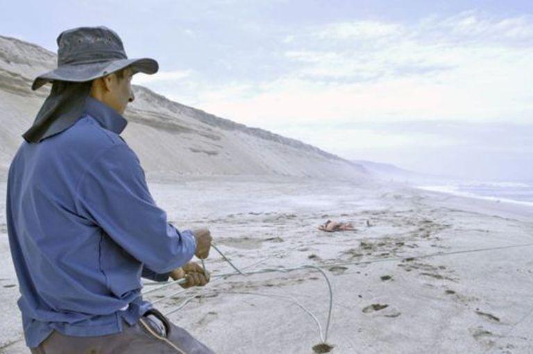 Los pescadores peruanos son los únicos que le sacan provecho a la playa.