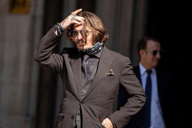 Depp saliendo de los tribunales en Londres, en donde perdió un importante juicio que puso en jaque su carrera
