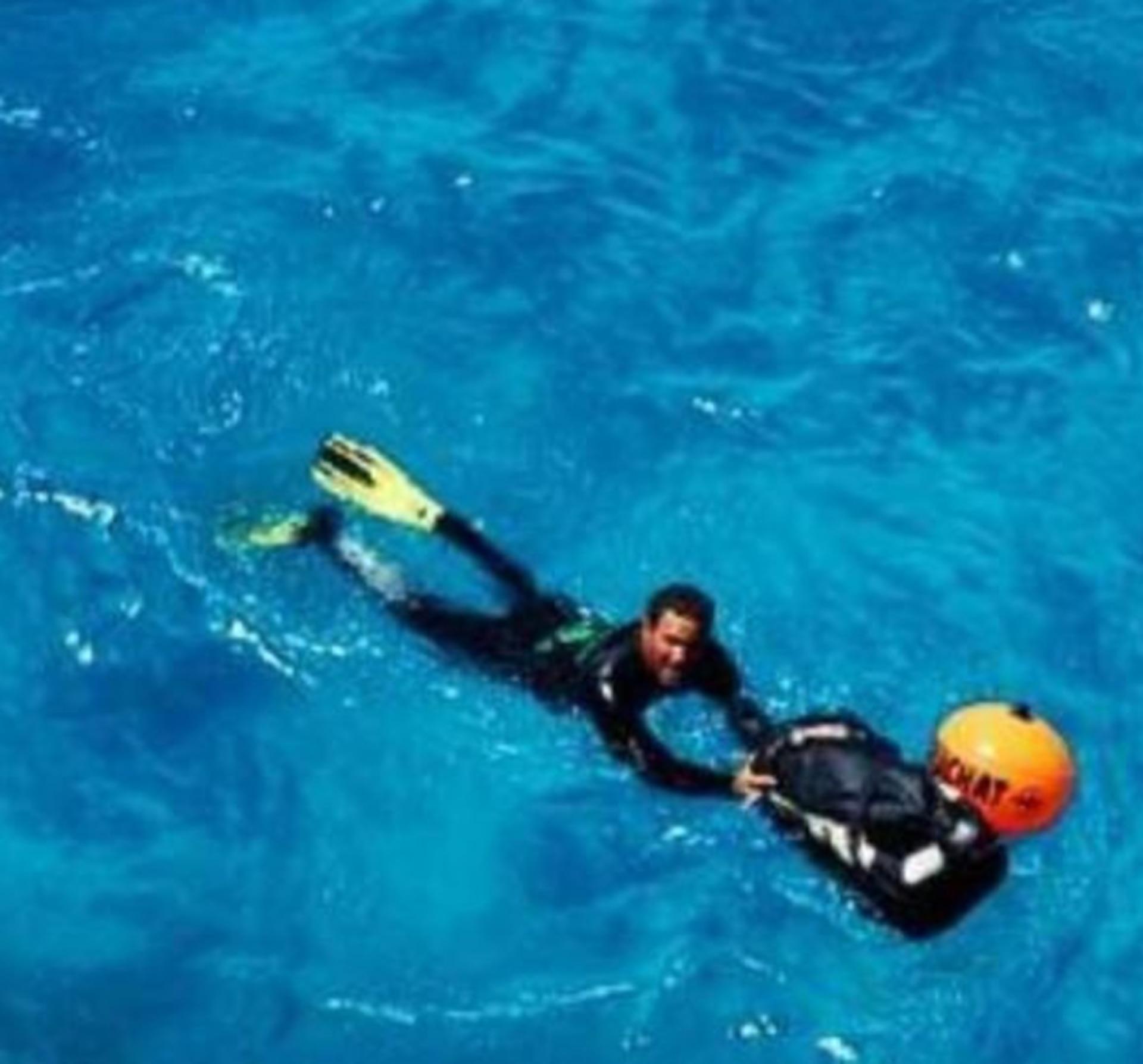 """Por un ataque de medusas Ariel cambió el bañador por un traje de neoprene y de allí surgió el nombre """"Mojitoman"""""""