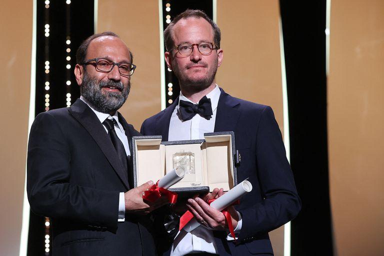 El realizador iraní Asghar Farhadi y su par filandés Juho Kuosmanen posan junto a sus premios compartidos por sus films Ghahreman (A Hero) y Compartment No. 6