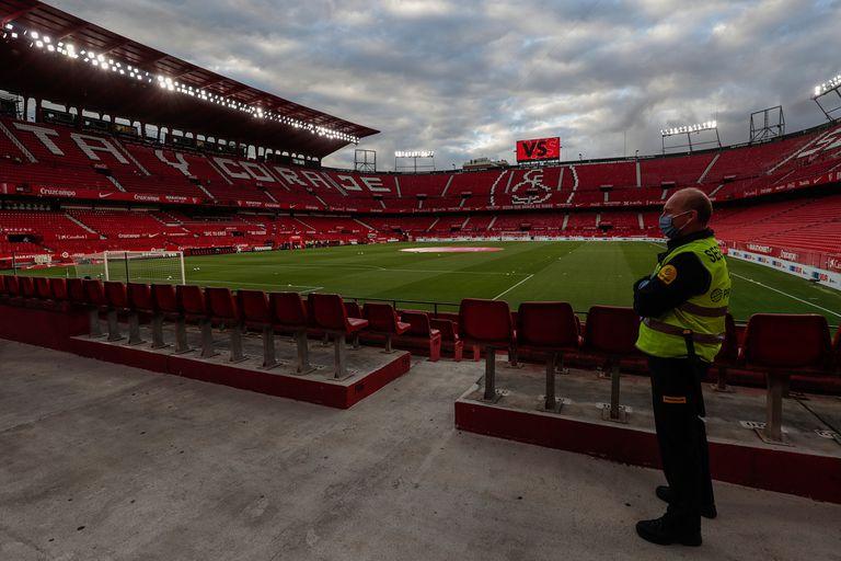 España: hinchas virtuales y policías aburridos, la nueva normalidad del fútbol