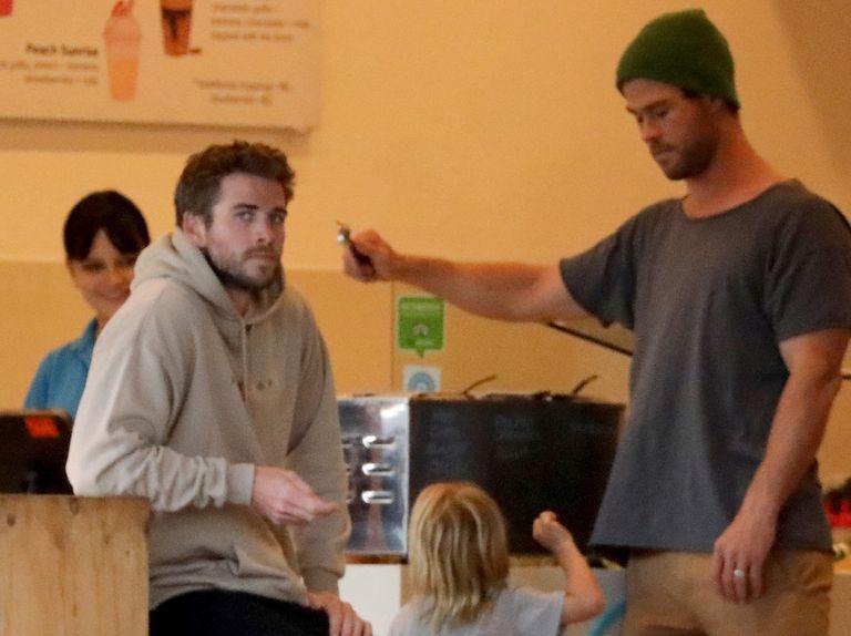 Liam Hemsworth recibe el apoyo de su hermano Chris y su familia