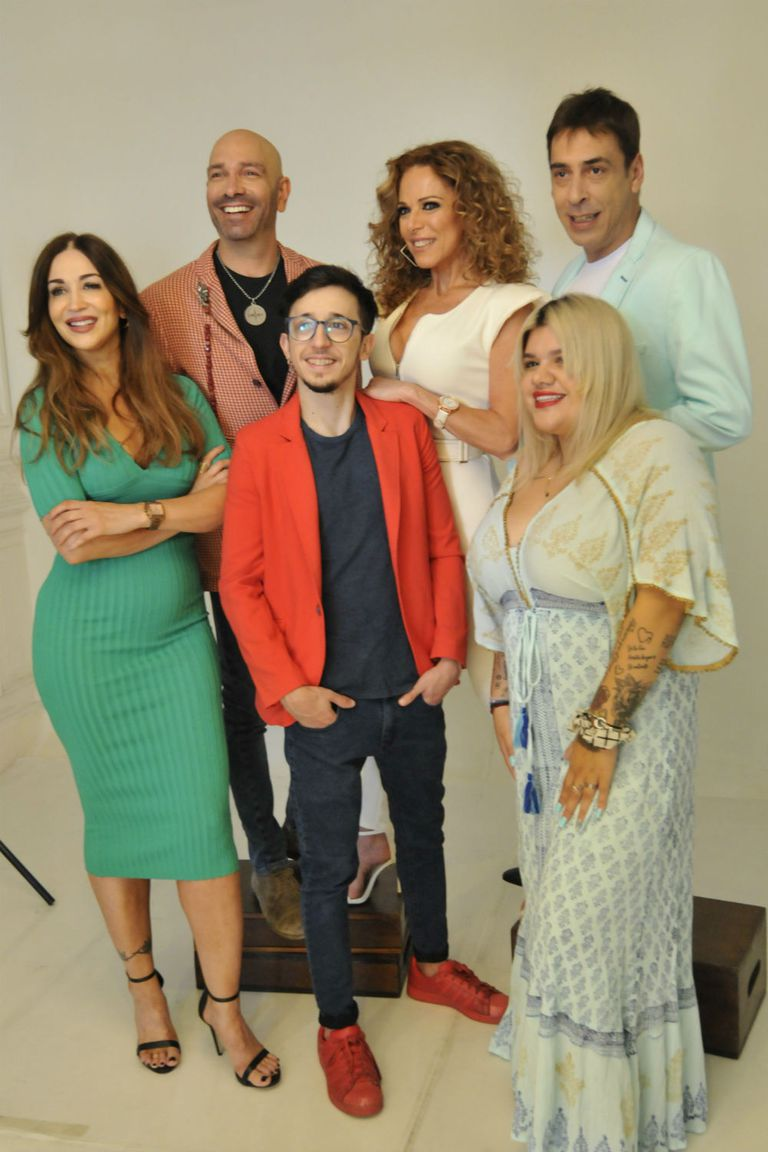 El elenco de La mentirita, en plena producción de fotos para la marquesina: Laura Bruni, Fredy Villarreal, Iliana Calabró, René Bertrand, Morena Rial y Rodrigo Noya
