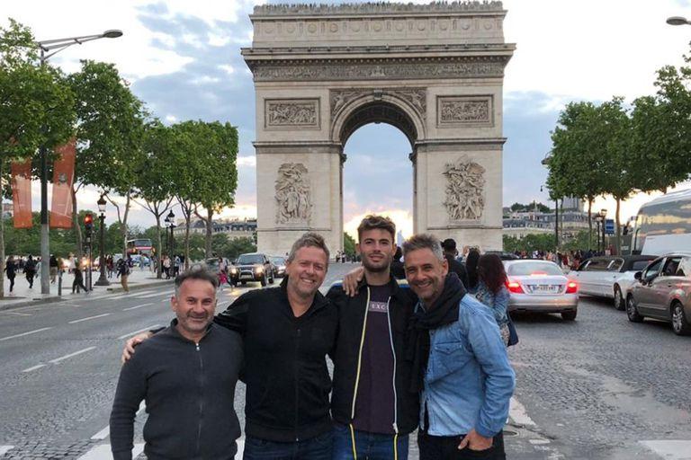 Juan Ignacio Londero con su equipo de trabajo, en el Arco del Triunfo, en París: el preparador físico Roberto Maccione, el entrenador Andrés Schneiter y el manager Agustín Caceras