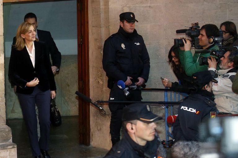 Periodistas siguen a la Infanta a la salida de los Tribunales españoles