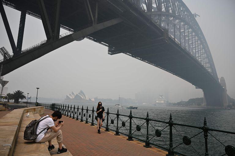 El emblemático Harbour Bridge, con la Ópera de Sidney de fondo, afectadas por el humo