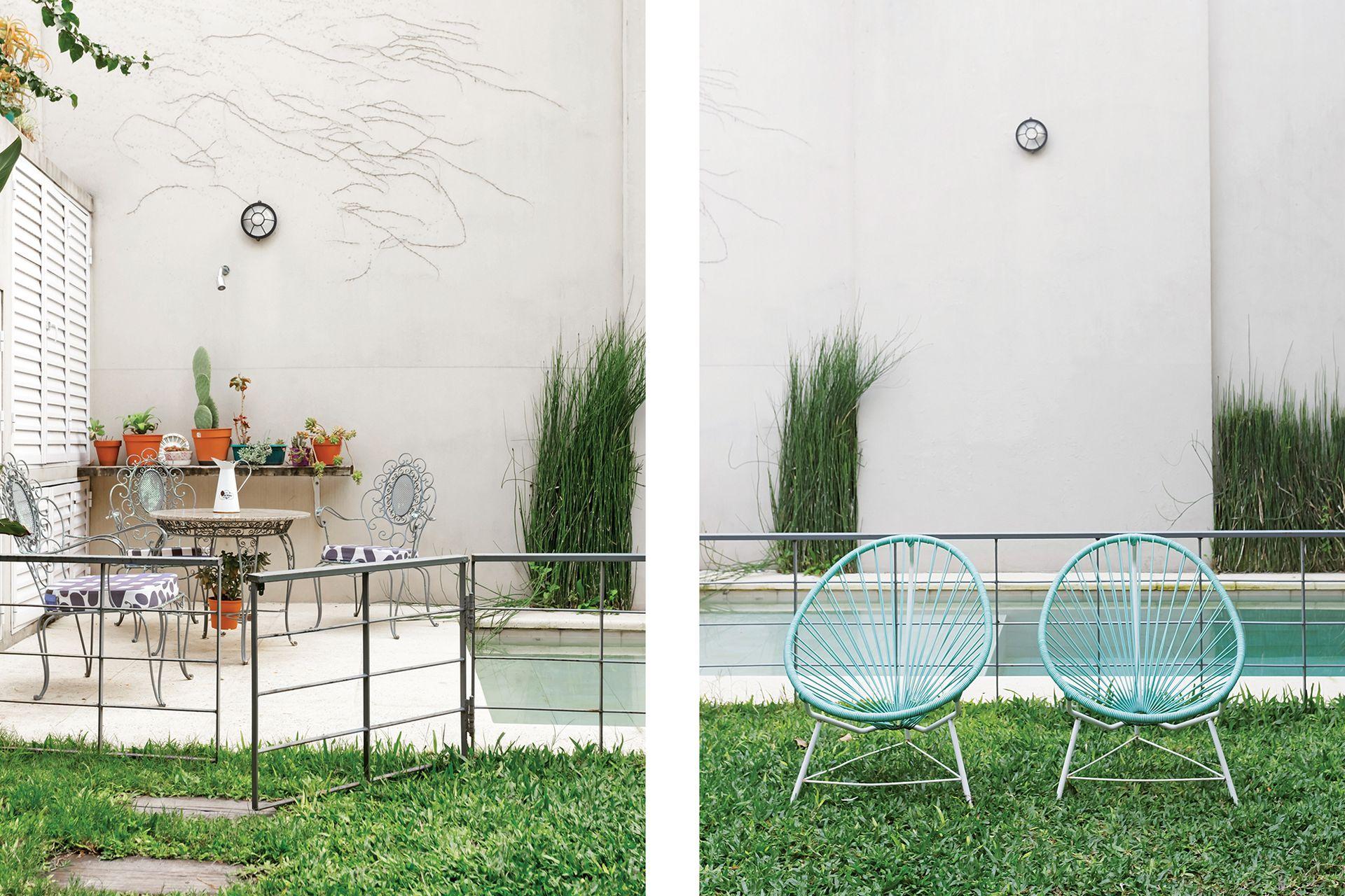 Acá conviven armónicamente un juego de jardín antiguo y sillas Acapulco, verdaderos clásicos moderno. Tras el cerramiento, la parrilla
