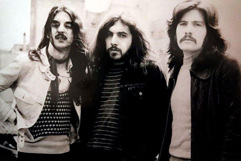 Pappo, en el centro, con Pomo y Machi, en una de las formaciones del trío. Tiempo después el baterista y el bajista se sumarían a Luis Alberto Spinetta para dar forma a Invisible