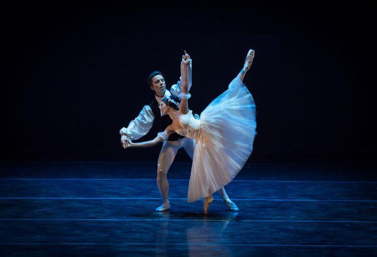 """Maximiliano Iglesias y Macarena Giménez, dos jóvenes primeros bailarines del Ballet Estable del Teatro Colón, bailaron en homenaje a Olga Ferri """"Las sílfides"""""""