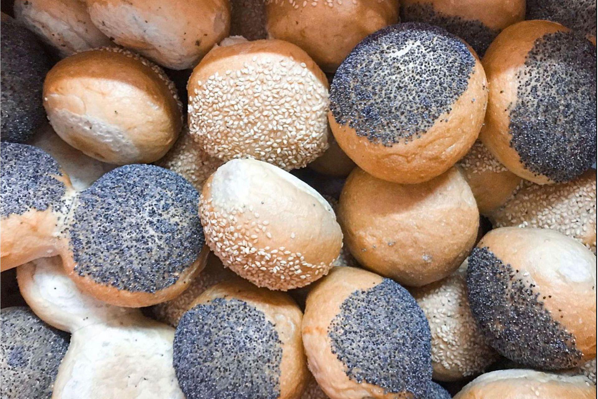 En los estantes de madera hay panes para todos los gustos