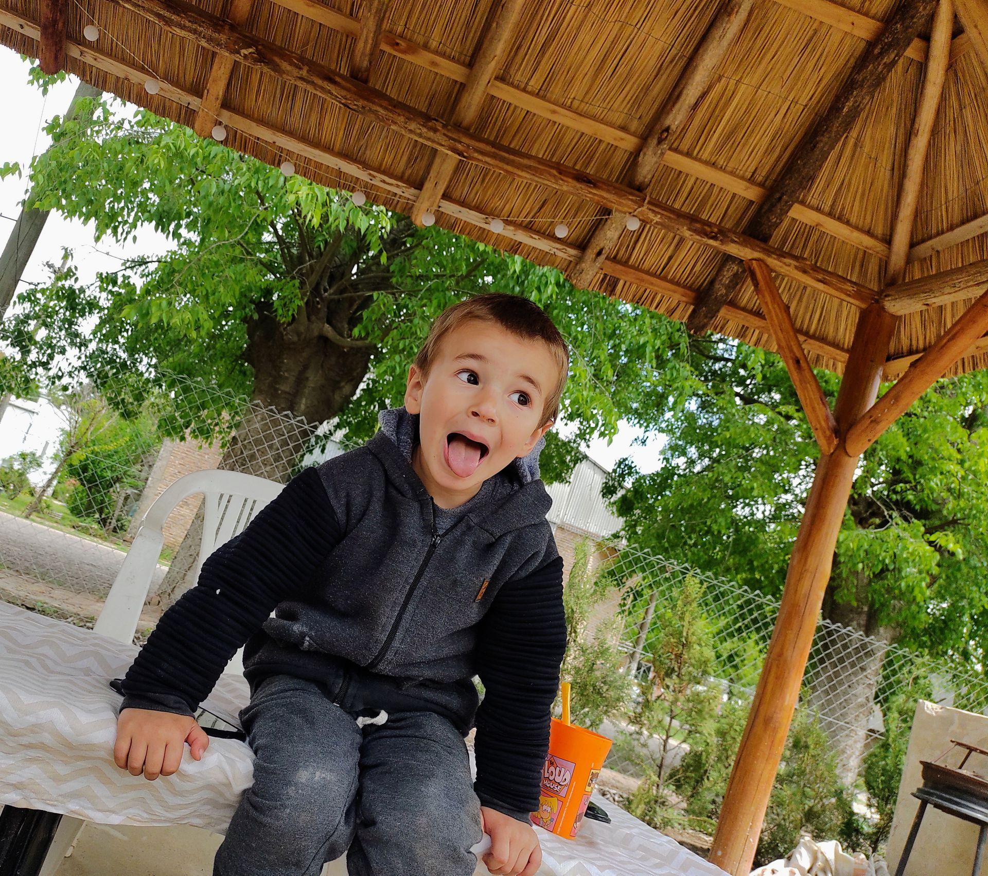Salvador, el más pequeño, es un portelero más. Su mamá asegura que lo conoce el pueblo entero y a él le encanta