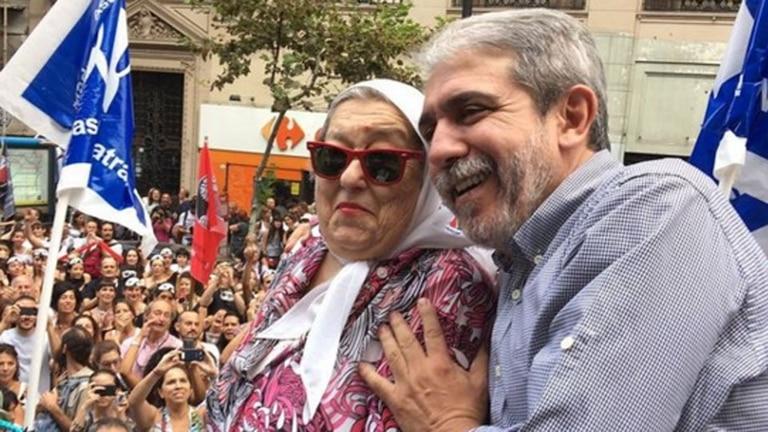 El ex jefe de Gabinete de Cristina Kirchner, Aníbal Fernández, junto a Hebe de Bonafini