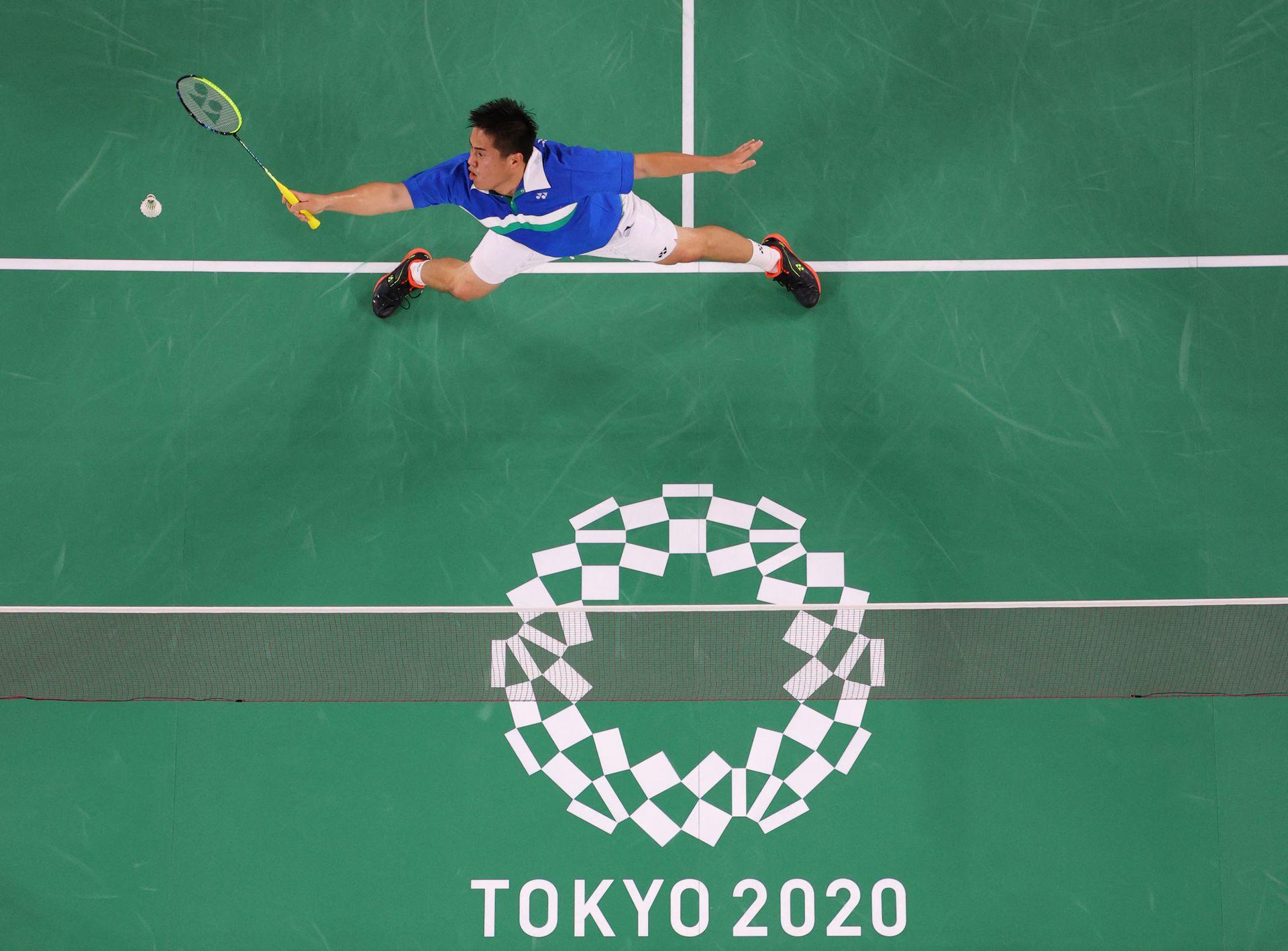 Phillip Chew de EE. UU. Realiza un disparo en el partido de la fase de grupos de bádminton de dobles masculinos con Ryan Chew de EE. UU. Contra Keigo Sonoda de Japón y Takeshi Kamura de Japón durante los Juegos Olímpicos de Tokio 2020 en el Musashino Forest Sports Plaza en Tokio el 26 de julio de 2021.