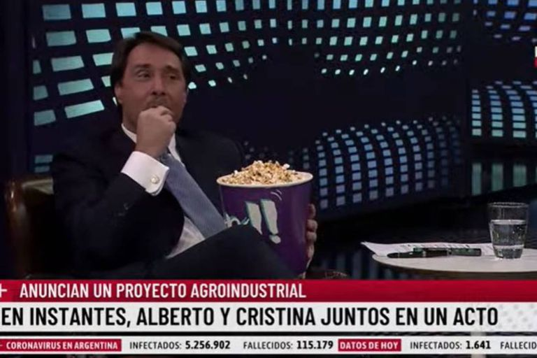 Eduardo Feinmann invitó a Pablo Rossi al cine que armó en el estudio para poder ver el acto de Alberto Fernández y Cristina Kirchner en la Casa Rosada