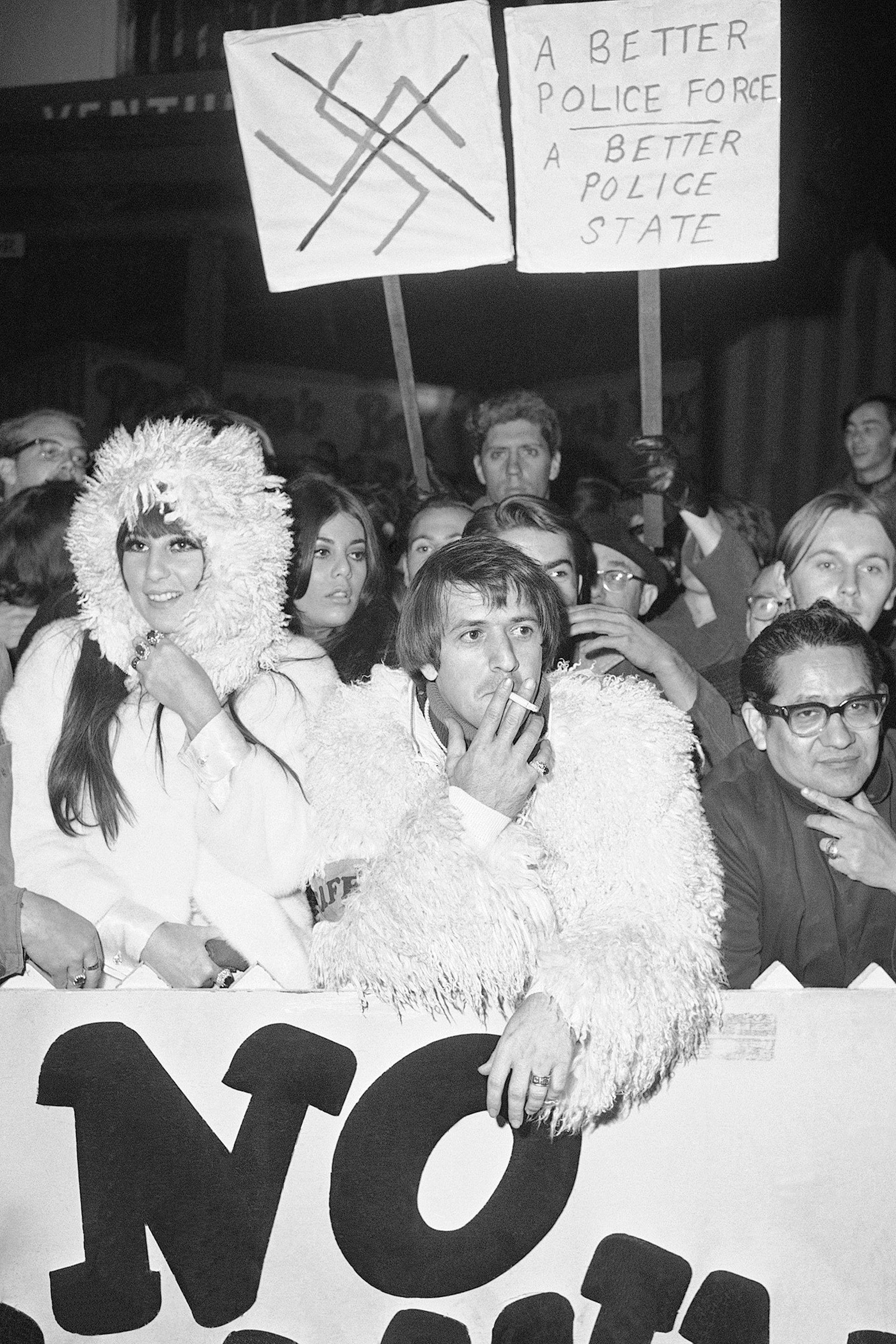 Junto con Sonny Bono, en una protesta de 1966 contra las autoridades de Los Ángeles que dejó huella en la contracultura californiana