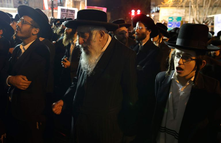 Los ultraortodoxos, o haredim de Israel, han estado en el centro de las luchas del país para controlar la propagación del coronavirus, y algunos grupos desafían flagrantemente las reglas de aislamiento, especialmente en lo que respecta al cierre de escuelas y sinagogas.