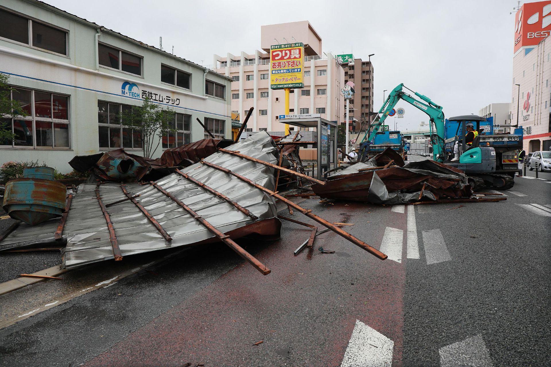 La televisora pública NHK señaló que cuatro personas estaban desaparecidas en Miyazaki.