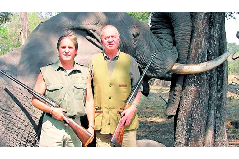 El rey Juan Carlos junto al elefante que cazó en Botswana en 2012, durante un safari