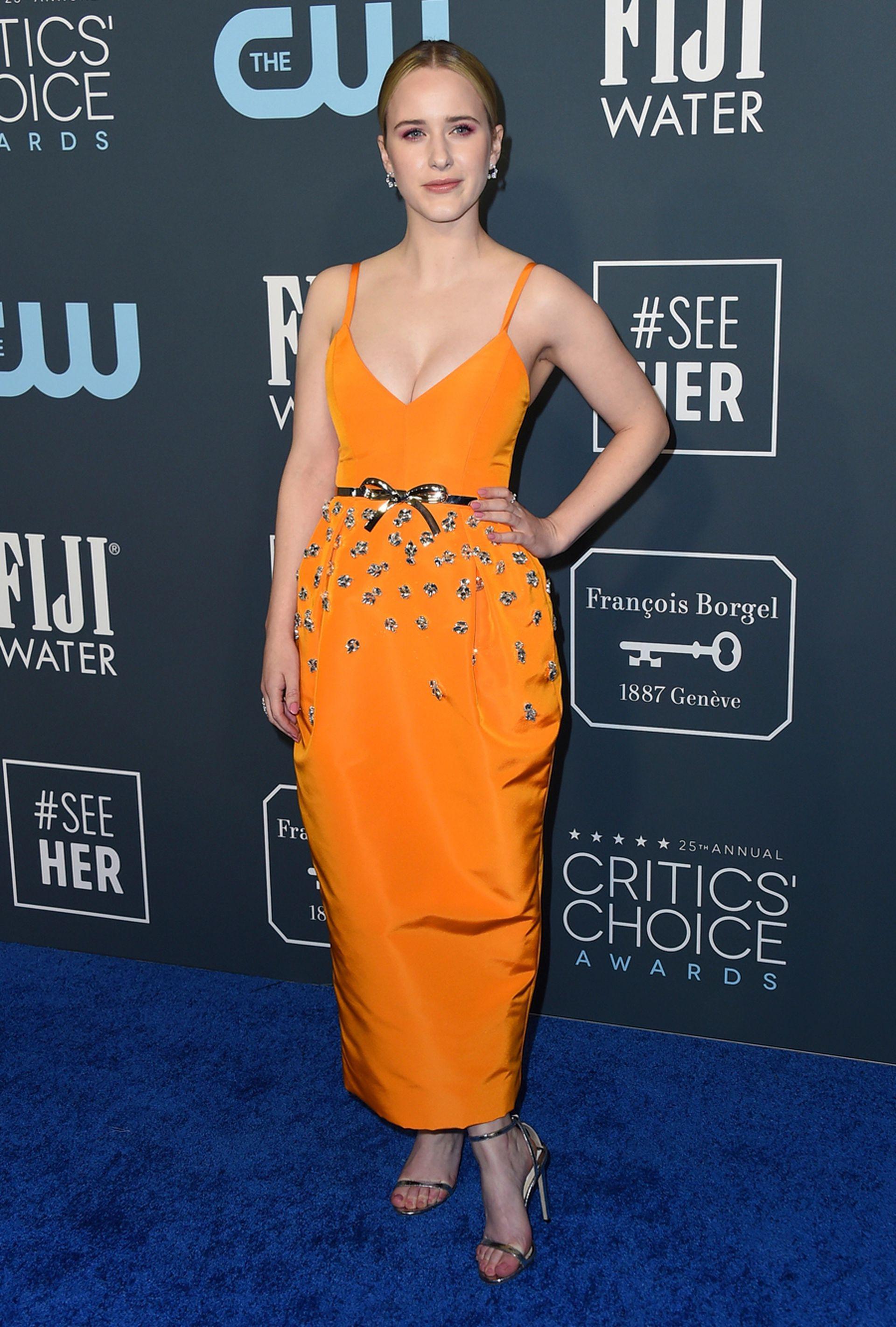 La actriz Rachel Brosnahan deslumbró con un vestido en color naranja