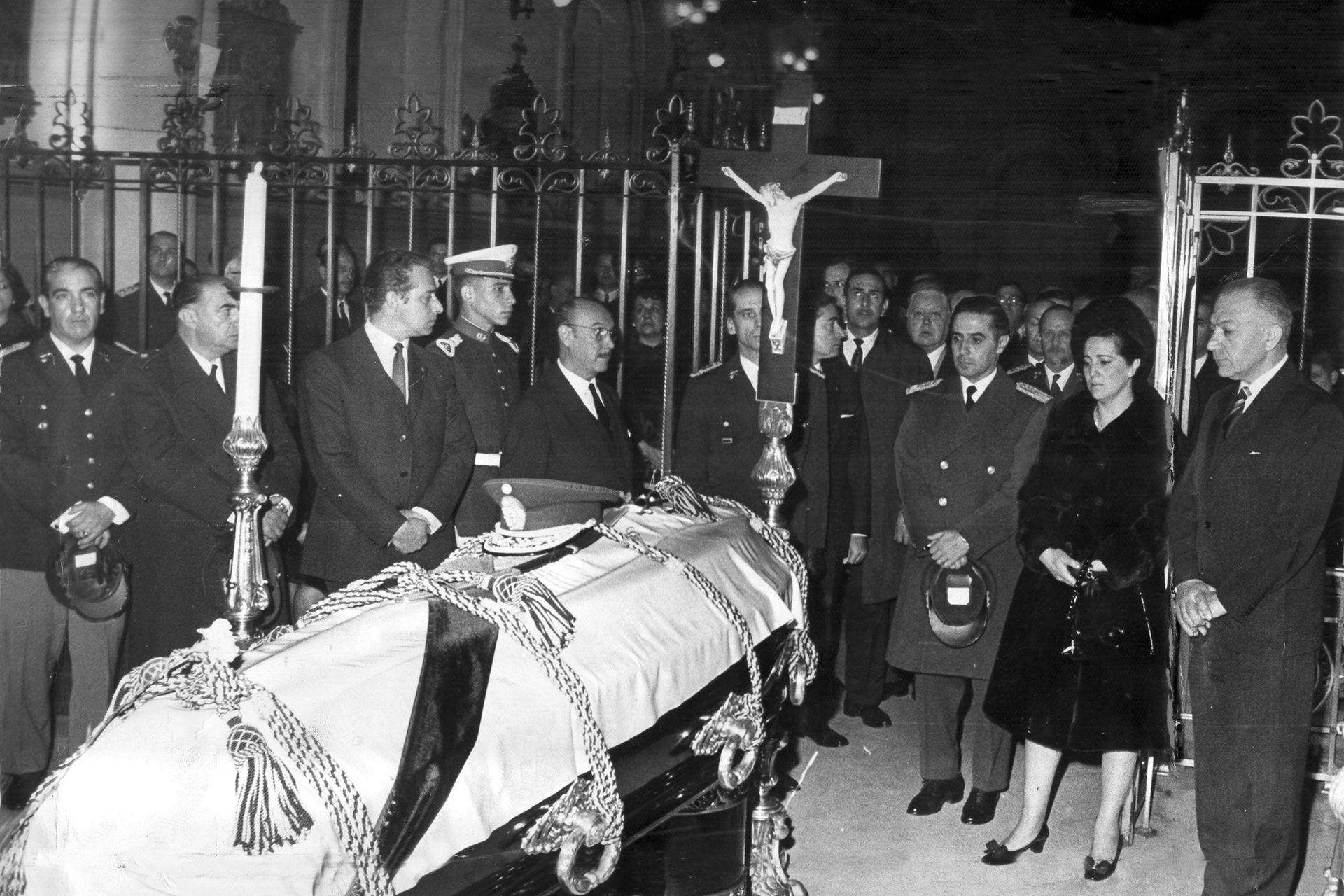 Velorio del militar Pedro Eugenio Aramburu en julio de 1970; a la derecha, Roberto Marcelo Levingston, entonces presidente.