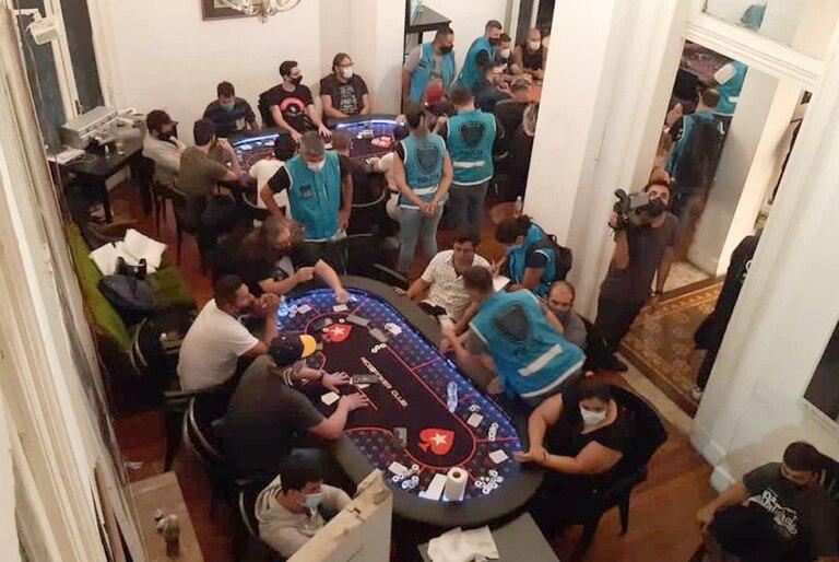 Juego clandestino: descubrieron un torneo de poker dónde había 60 personas