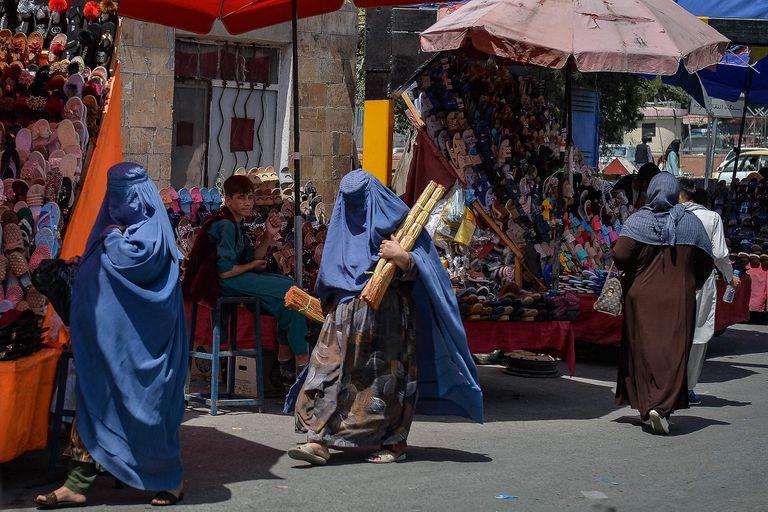 Por temor a los talibanes, muchas mujeres salen con burka a las calles desde la semana pasada