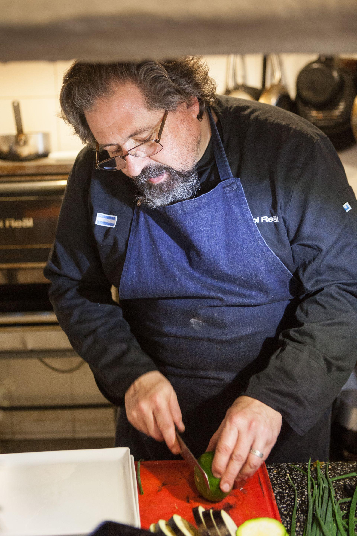 """Álvaro """"Baco"""" Arizmendi en acción en la cocina de su restaurante escuela de Tafí del Valle."""