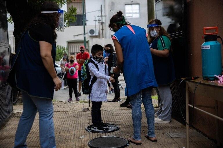 Primer día de clases presenciales en la escuela Municipal Malvinas Argentinas, en Beccar, provincia de Buenos Aires