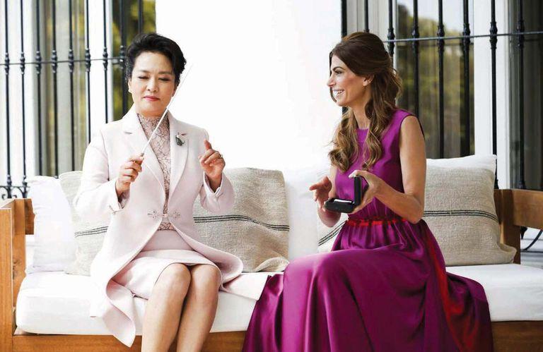 Juliana estuvo en todos los detalles: como Peng Liyuan es cantante lírica, la primera dama le regaló una batuta del director de orquesta Daniel Barenboim.