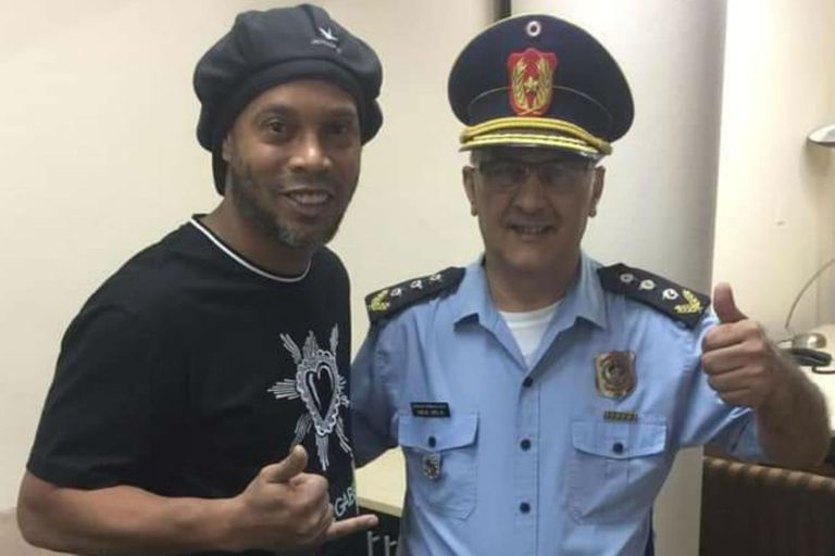 Ronalinho tomándose una foto con un Policía durante el proceso de su detención