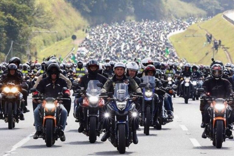Bolsonaro (centro) liderando un enorme grupo de seguidores sin mascarilla en motocicleta en junio 2021