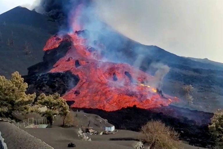 La erupción ya arrasó varias hectáreas en La Palma