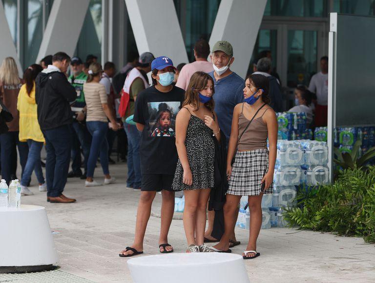 Familiares de los desaparecidos por el derrumbe del Champlain Towers South esperan noticias en Miami