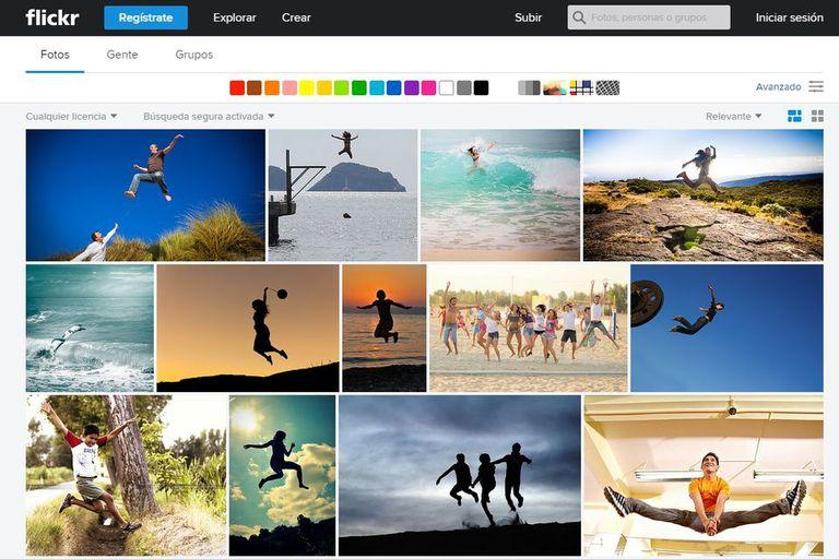 Flickr permite realizar búsquedas sobre objetos o conceptos (en este caso: gente saltando) e incluso elegir la paleta de colores