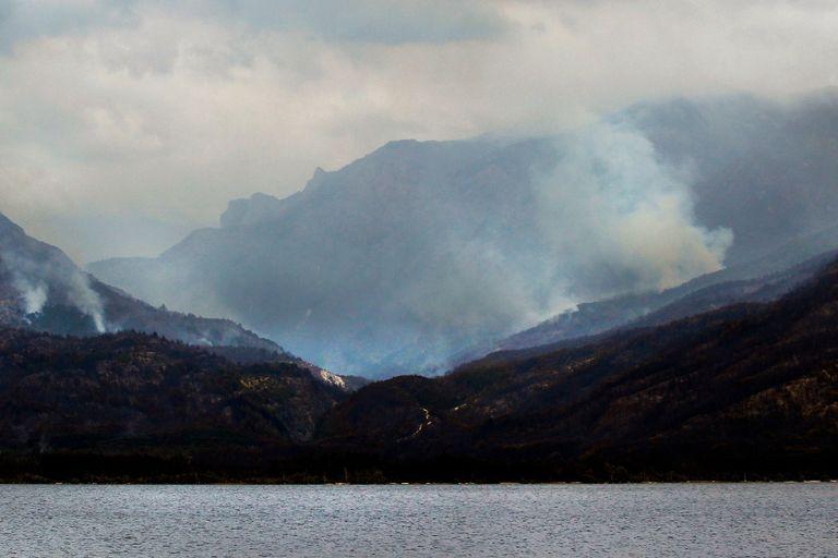 El bosque nativo arrasado por el fuego y los distintos focos aún encendidos sobre el lago Epuyén, el martes pasado, en Puerto Patriada, Chubut
