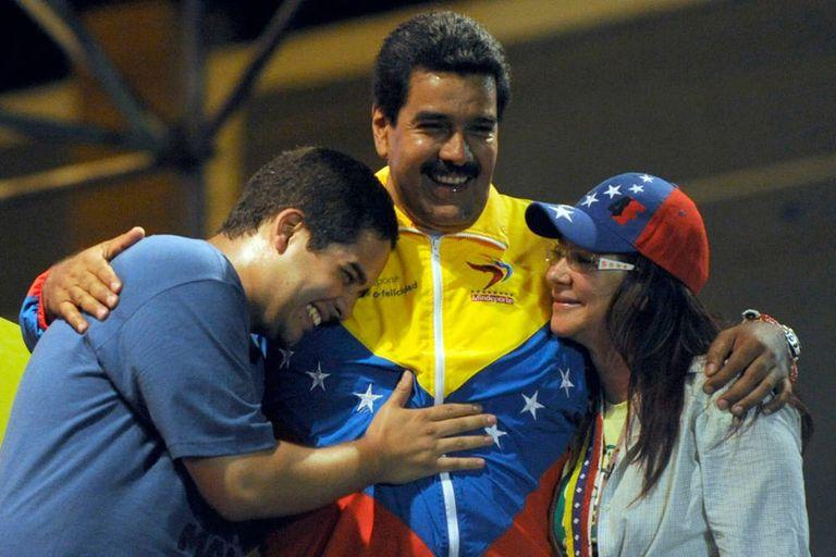 Nicolasito junto a su padre, Nicolás Maduro, y Celia Flores, mujer del presidente, en un acto en Caracas
