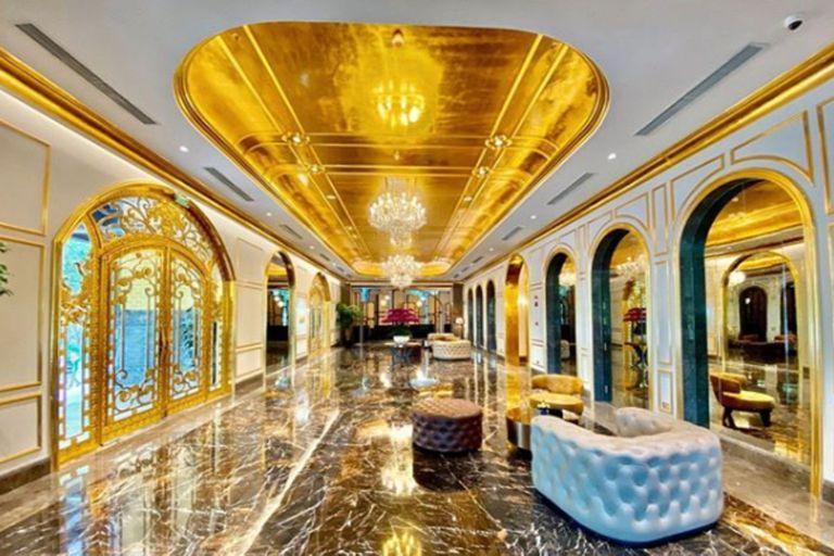 Hanoi, la capital del país asiático, cuenta desde principios de julio con una fascinante alternativa turística: un hotel de oro. Se trata de un edificio de 25 pisos y 400 habitaciones donde hasta los asientos de los inodoros son del metal preocioso