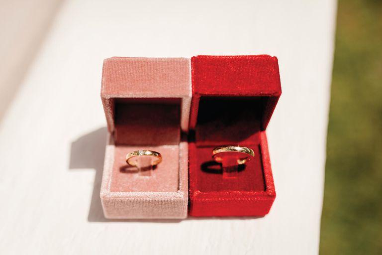 Las alianzas de oro amarillo y diamantes de la joyería italiana Damiani