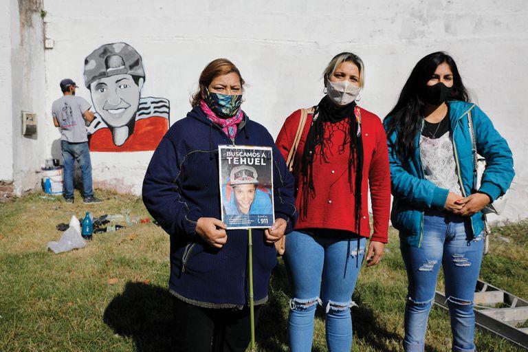 Norma, Verónica y Luciana, mamá, hermana y novia de Tehuel, en mayo pasado, cuando se cumplían dos meses de la desaparición del joven, que poco antes iniciaba un proceso de transición de género.