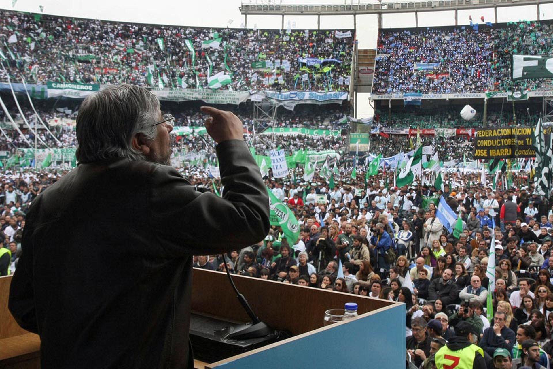 """El 17 de octubre de 2010, en el estadio de River, ante Néstor y Cristina Kirchner, Moyano presionó para que """"un trabajador llegue a la Casa Rosada""""; fue el comienzo de la crisis con la actual vicepresidenta"""