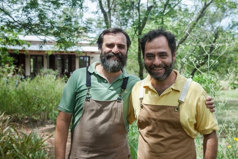 Javier Somma y Fernando Huarte en los jardines de su café.