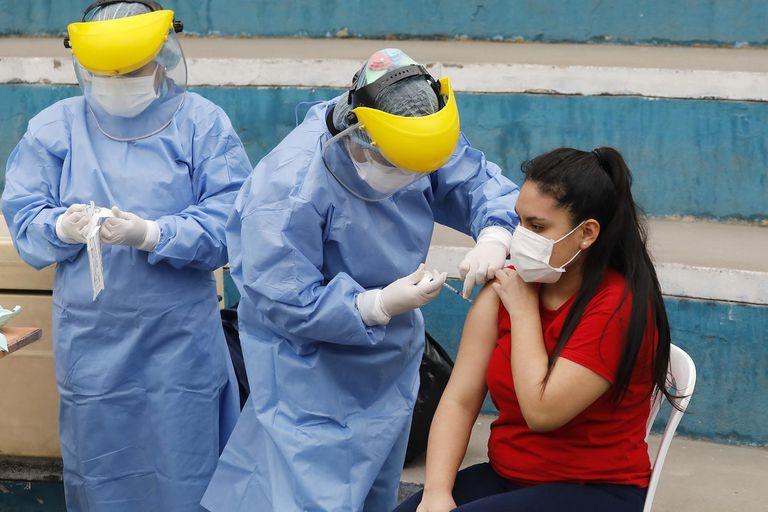 Un trabajador médico aplica una vacuna en la municipalidad de Villa María del Triunfo, en Lima