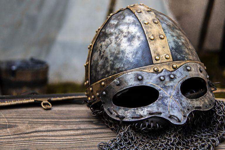 Había broches y cinturones de joyas, un maravilloso casco ornamentado y una máscara completa: el inquietante rostro de algún antiguo héroe que parece observar a través de los siglos