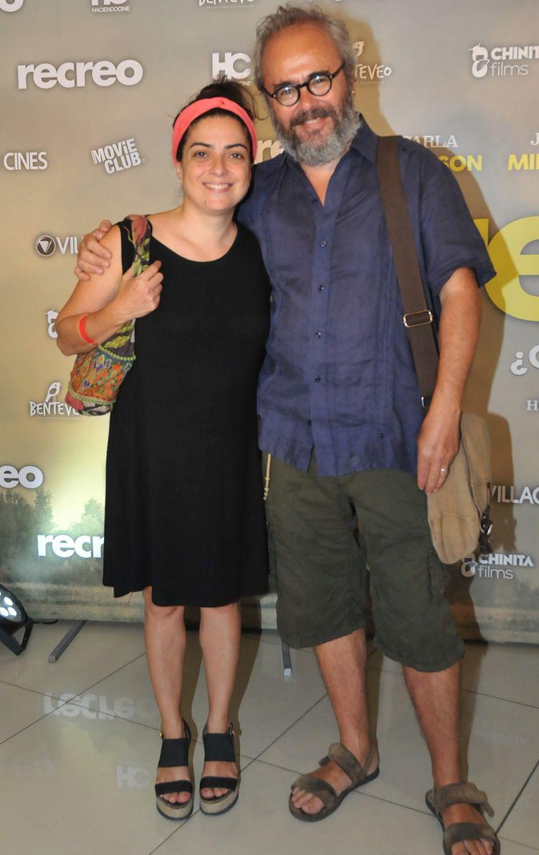 Paola Barrientos y su marido, Conrado Geiger, asistieron al evento con el clásico look informal y descontracturado que los caracteriza